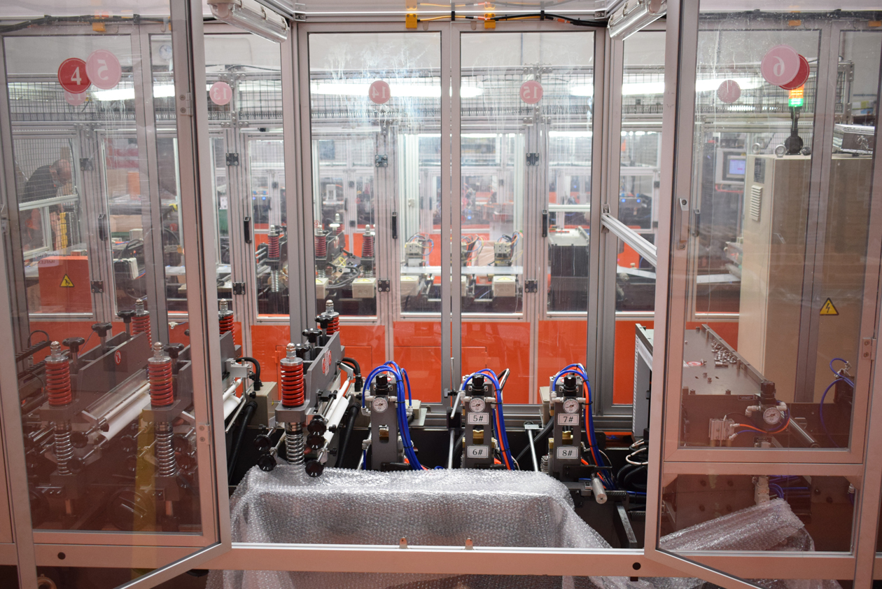 New machine for manufacturing porcine seminal dose containers